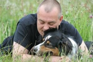 Frank, der Besitzer von Hundeschule Team Four Two, mit seinem Hund Gipsy